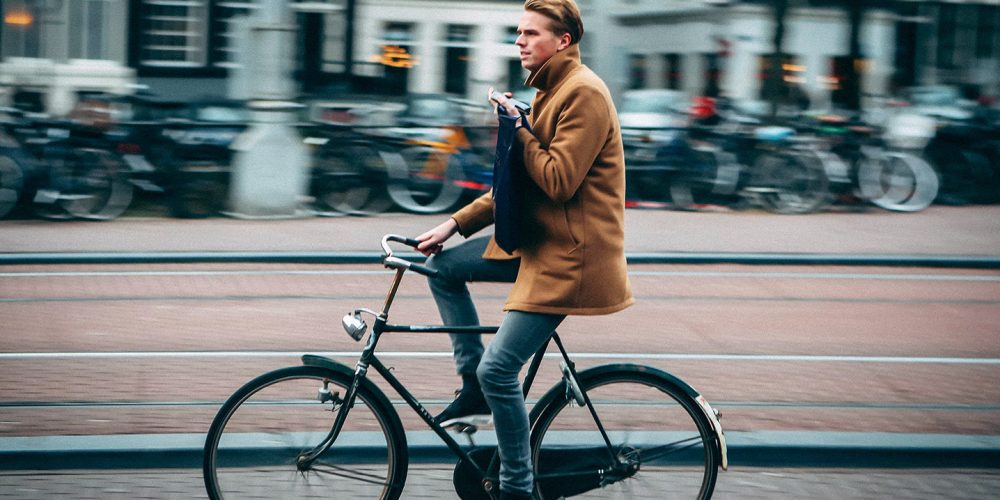Bicyclist with phone on Singel