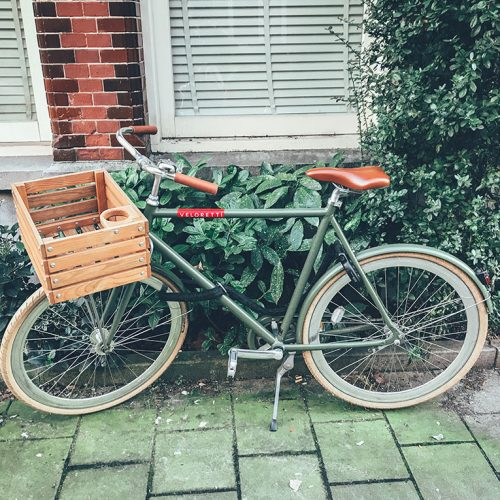 Veloretti Café racer bicycle with basket